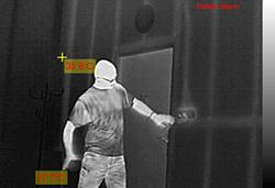 Zrzuty obrazów z kamery termowizyjnej podczas detekcji człowieka i rejestracji nagrzewających się obwodów w rozdzielni elektrycznej.